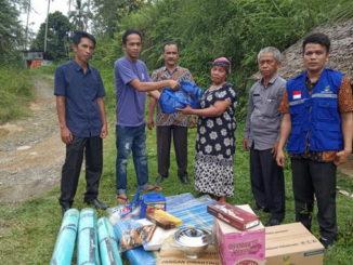 Penyerahan bantuan kepada korban kebakaran di Padang Pariaman.