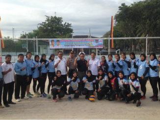Plt Kadispora Kota Padang Al Amin, S.Sos, MM bersama Kabid Olahraga Yuherdi bersama dengan atlet Bola Voli.