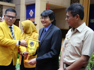 Prof Syahrial menyerahkan plakat UNP.