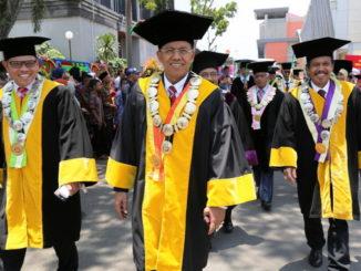 Rektor UNP Prof. Ganefri, Prof. Syahrial dan Prof. Ardipal menuju ruang wisuda.
