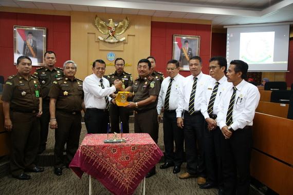 Salam komando Rektor UNP Prof . Ganefri dengan Priyanto usai pendatanganan perjanjian kerjasama.