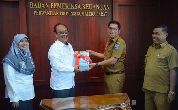 WAko Deri Asta saat menyerahkan LKPD 2018 kepada kepala BPK RI wilayah Sumbar.