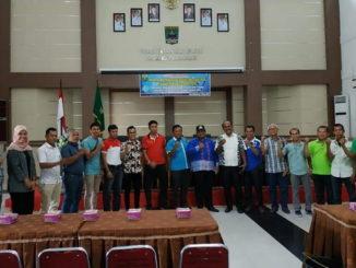 Wabup Suhatri Bur bersama peserta musyawarah Pengcab PBSI Padang Pariaman.