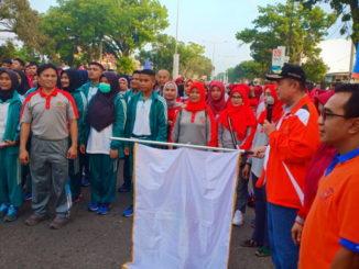 Wagub Nasrul Abit mengibarkan berdera start jalan santai.