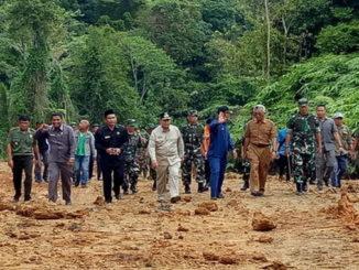 Wagub Nasrul Abit saat meninjau pembangunan jalan di Mentawai.