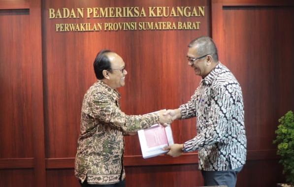 Wako payakumbuh serahkan LKPD 2018 kepada kepala BPK RI.