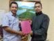 Adrul Nafis menyerahkan skripsinya kepada Wabup Yulfadri Nurdin.