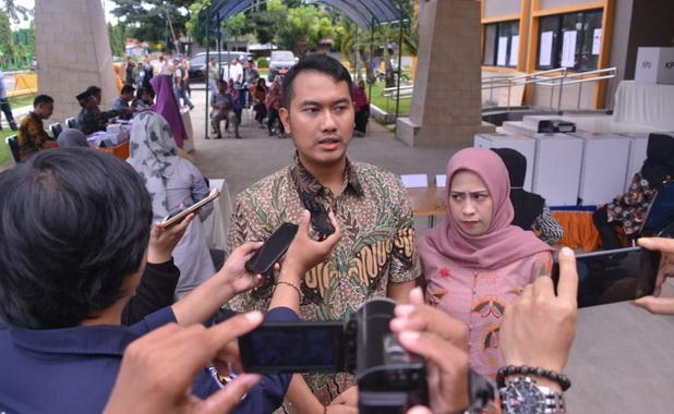 Bupati Adi Seto diwawancarai wartawan usai mencoblos.
