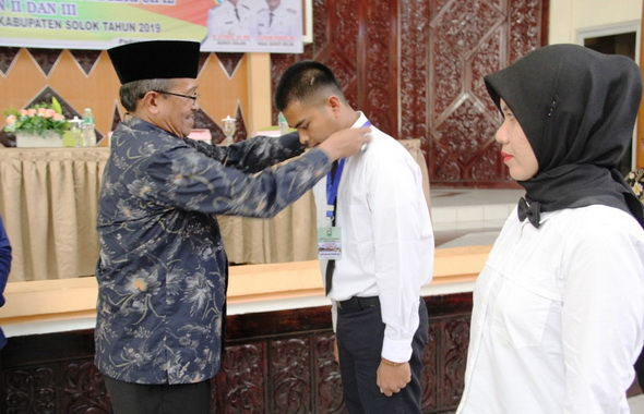 Bupati Gusmal memasangkan tanda pesrta diklat CNS Kab. Solok.
