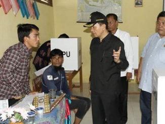 Bupati Adirozal saat meninjau salah satu TPS di Kab. Kerinci.