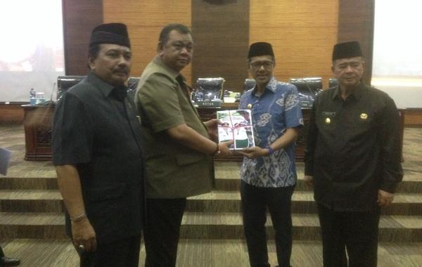 Gubernur Sumbar Irwan Prayitno menyerahkan Nota Pengantar terhadap LKPJ Gubernur Sumatera barat Tahun 2018 kepada Ketua DPRD Sumbar Ir Hendra Irwan Rahim