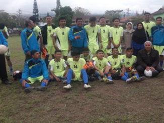 Iim SMKN-1 Padangpanjang fotobersama pelatih dan manejer.