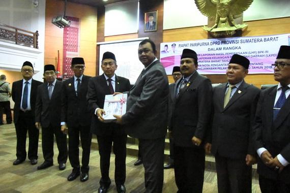 Ketua BPK RI Moermahdi Soerja Djanegara menyerahkan LHP BPK RI atas LKPD Pemprov Sumbar tahun 2018.