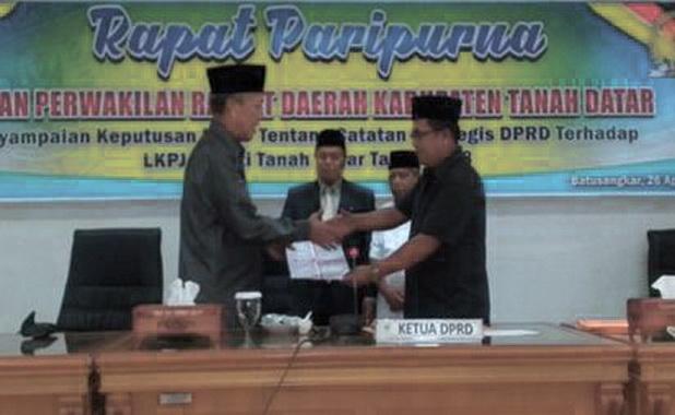 Ketua DPRD Anton Yondra menyerahkan cacatan strategis kepada Bupati Irdinansyah Tarmizi.