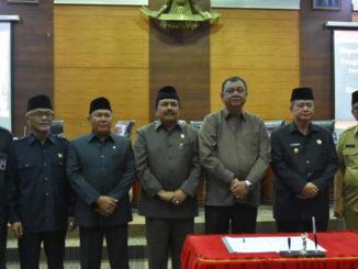 Ketua DPRD Sumbar Hendra Irwan Rahim foto bersama dengan Wakil Gubernur Sumbar Nasrul Abit usai melakukan penanda tanganan nota kesepakatan