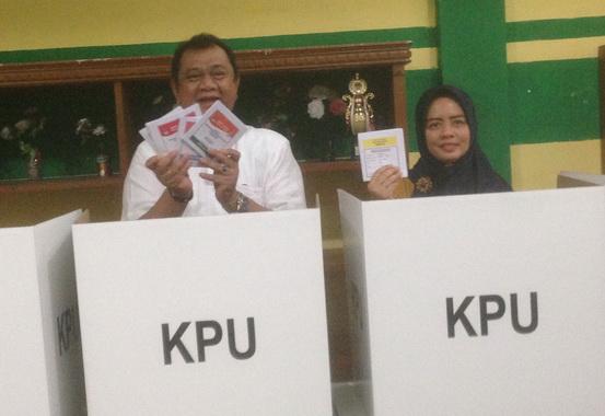 Ketua DPRD Sumbar Hendra Irwan beserta Istrinya saat berada dalam bilik penyoblosan