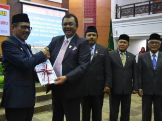 Ketua DPRD Sumbar menyerahkan Rekomendasi DPRD Kepada Gubernur Sumbar Irwan Prayitno terhadap LKPJ kepala daerah Tahun 2018
