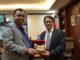 Ketua DPRD Sumbar Ir Hendra Irwan Rahim menyerahkan cendra mata kepada Konsulat Jenderal Republik Sangapura