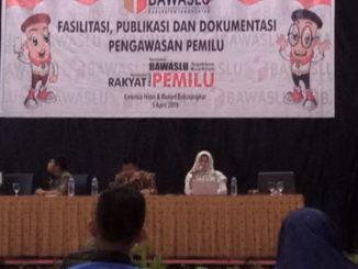 Ketua Divisi Hukum Bawaslu Sumbar, Nurhaida Yetti,SH,MH saat memaparkan materi sosialisasi.
