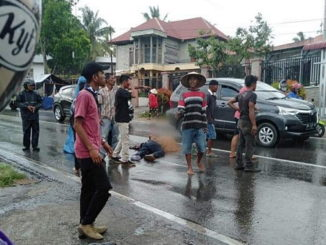 Korban tabrakan yang masih tergeletak sebelum dieevakuasi oleh petugas.