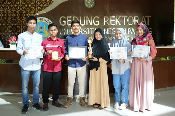 Mahasiswa UNP yang berpretasi pada Lomba Essay pada Pertemuan Administrator se-Sumatera di Universitas Riau.