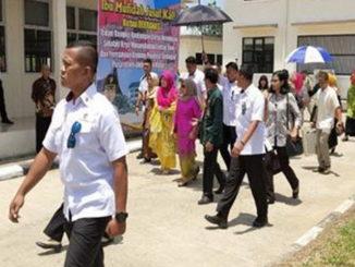 Mufidah Yusuf Kalla menuju ruangan pembikinan tenun di Sekolah Tenun Sumatera Barat di Kecamatan Lintau Buo.