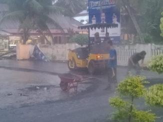 Pengaspalan jalan di kawasan rumah Bupati Padang Pariaman saat hujan.