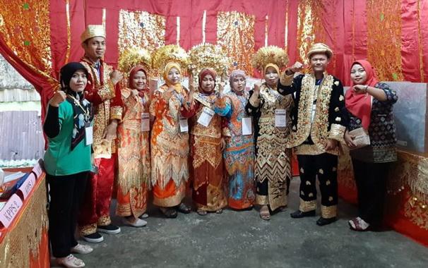 Petugas KPPS yang berbusana adat Minang di salah satu TPS di Padang Pariaman.