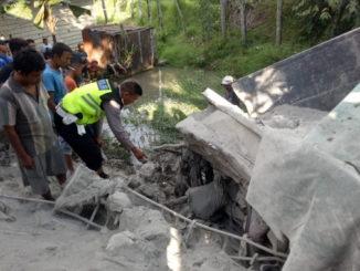 Petugas kepolisian saat memeriksa kondisi truk toronton di TKP.