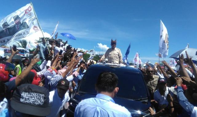 Prambowo saat menuju panggung utama kampanye akbar di Danau Cimpago Padang.