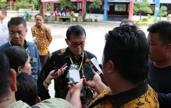 Prof. Ganefri saat diwawancarai wartawan.