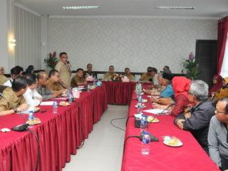 Rapat pembahasan keberatan masyarakat atas pembangunan jalan tol Padang-Pekanbaru di Kantor Bupati Padang Pariaman.