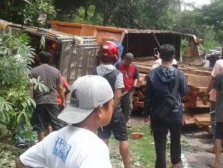 Truk kayu yang terbalik di Dusun Jekka.