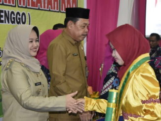 Wabup Hj. A. Kartini Ottong memberi ucapan selamat pada salah seorang siswa.