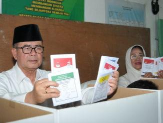 Wagub Nasrul Abit memasukkan surat suara yang telah dicolos ke kotak suara.