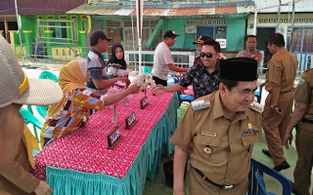 Wako SJB didampingi Ketua DPRD Kota Sungai Penuh saat meninjau salah sati TPS.