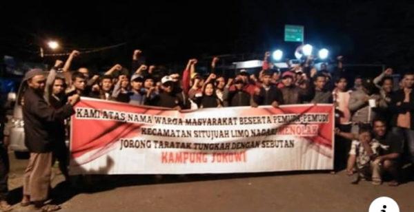 Warga yang memprotes nama Kampung Jokowi.