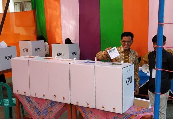 Wawako Erwin Yunaz memasukkan surat suara yang sudah dicoblosnya.