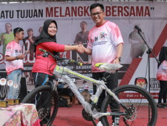 Wawako Erwin Yunaz menyerahkan hadiah pada pemenang Pemilu Run.