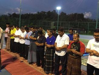 Anggota dan pengurus PTC shalat Maghrib di lapangan tennis.