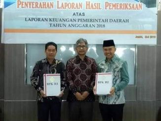 Bupati Adirozal dan Ketua DPRD Kab. Kerinci bersama Kepala BPK RI Perwakilan Jambi.