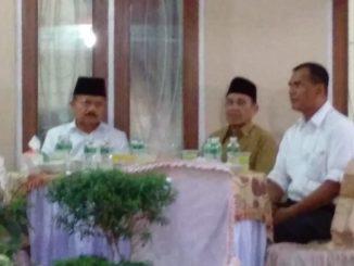 Bupati Ali Mukhni saat buka bersama di kediaman Wakil Bupati Suhatri Bur.