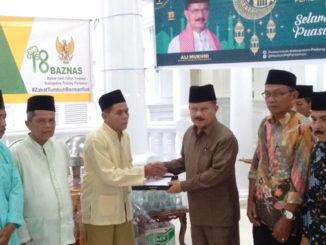 Bupati Ali Mukhni saat menyerahkan insentif buat Imam, Khatib dan Garis di Padang Pariaman.