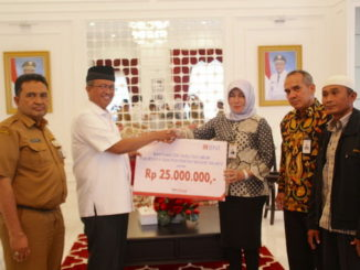 Bupati Gusmal menerima CSR secara simbolis.