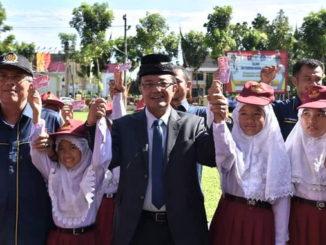 Bupati Indra Catri bersama murid SD saat launching program GISA dan KIA Disdukcapil Agam.