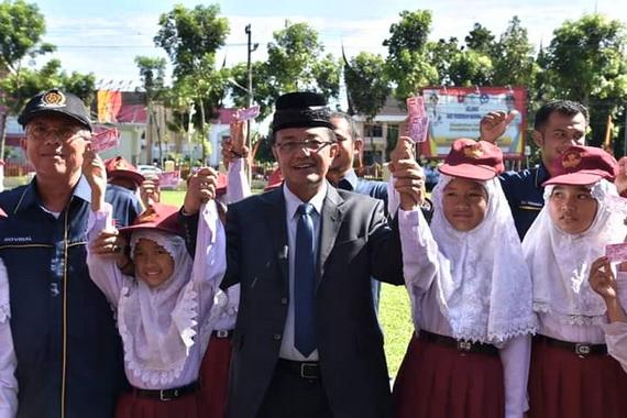 Bupati Indra Catri bersama murid SD di Kab. Agam.. .