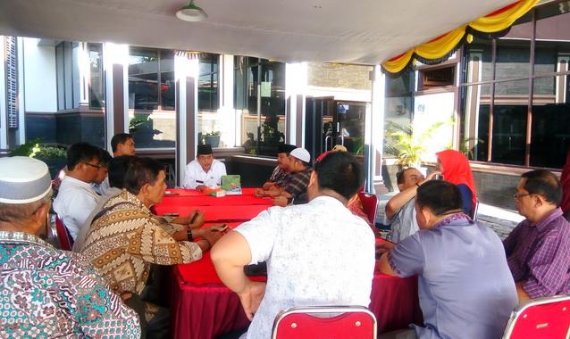 Bupati Sijunjung, Yuswir Arifin bertatap muka dengan para wartawan sebelum betbuka bersama.