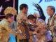 Bupati Tanah Datar Irdinansyah Tarmizi menerima Piala penghargaan dari Presiden RI.