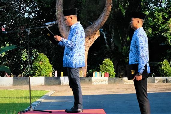 Bupati Yudas Sabbagalet saat membcakan pidato tertulis Menteri Pendidikan dan Kebudayaan, Muuhadjir Effendi.