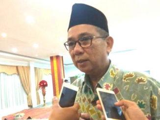 Drs. Alwis saat diwawancarai wartawan.